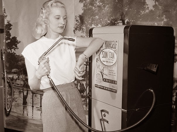 40 Must-See Photos Of The Past - Suntan vending machine, 1949