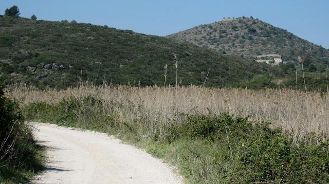 A la dreta, el Castellar des del camí de la Muntanyeta