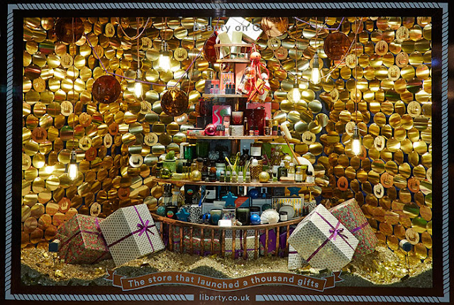 Green Pear Diaries, escaparates, visual merchandising, navidad, Liberty, The Home of Christmas
