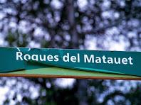 Indicador a les Roques del Matauet situat als Quatre Camins