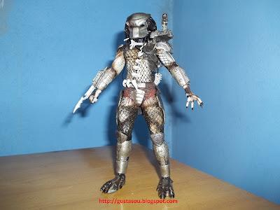 Predador em pé vista frontal com lâmina estendida.