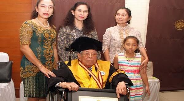 Hermain Tjiknang, Kakek Berusia 91 Tahun Menjadi Wisudawan Tertua di Unpad