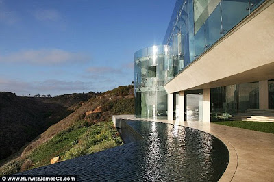 (America)  - Mansion made of glass in San Diego