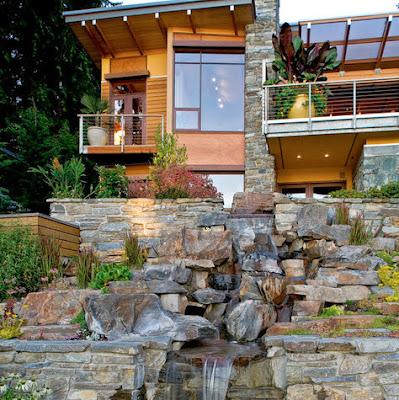 Fachada de casa moderna en colina camino de piedra