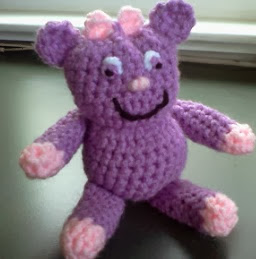 http://translate.google.es/translate?hl=es&sl=en&tl=es&u=http%3A%2F%2Fmarywalkerartist.blogspot.com.es%2F2013%2F11%2Fpurple-priscilla-monster-amigurumi-with.html