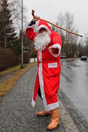 Joulupukki antaa tuhmille keppiä ja kilteille lapsille lahjoja - Valitse palvelumme