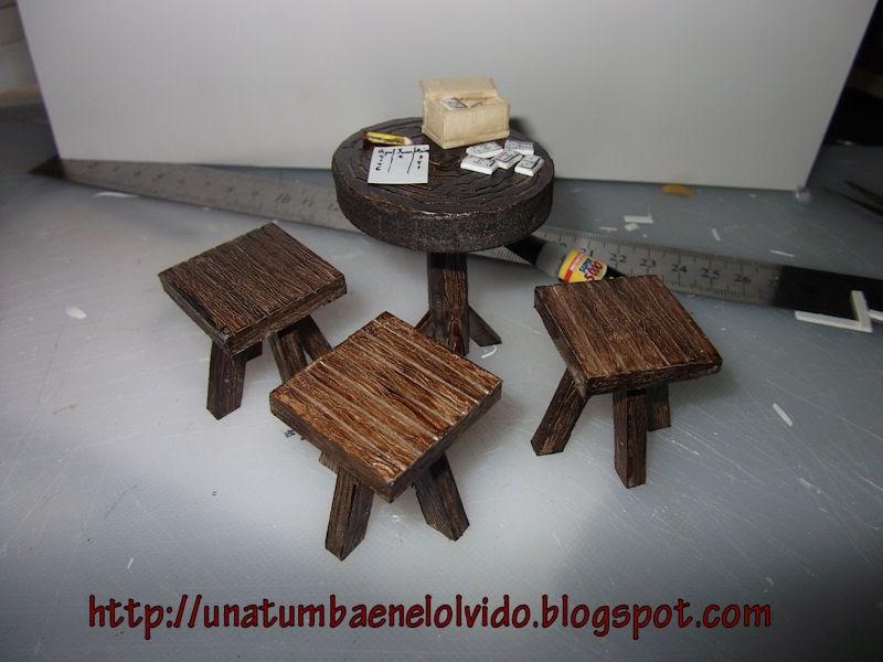 Mesa taburetes r sticos y domin en miniatura una tumba - Taburetes rusticos ...