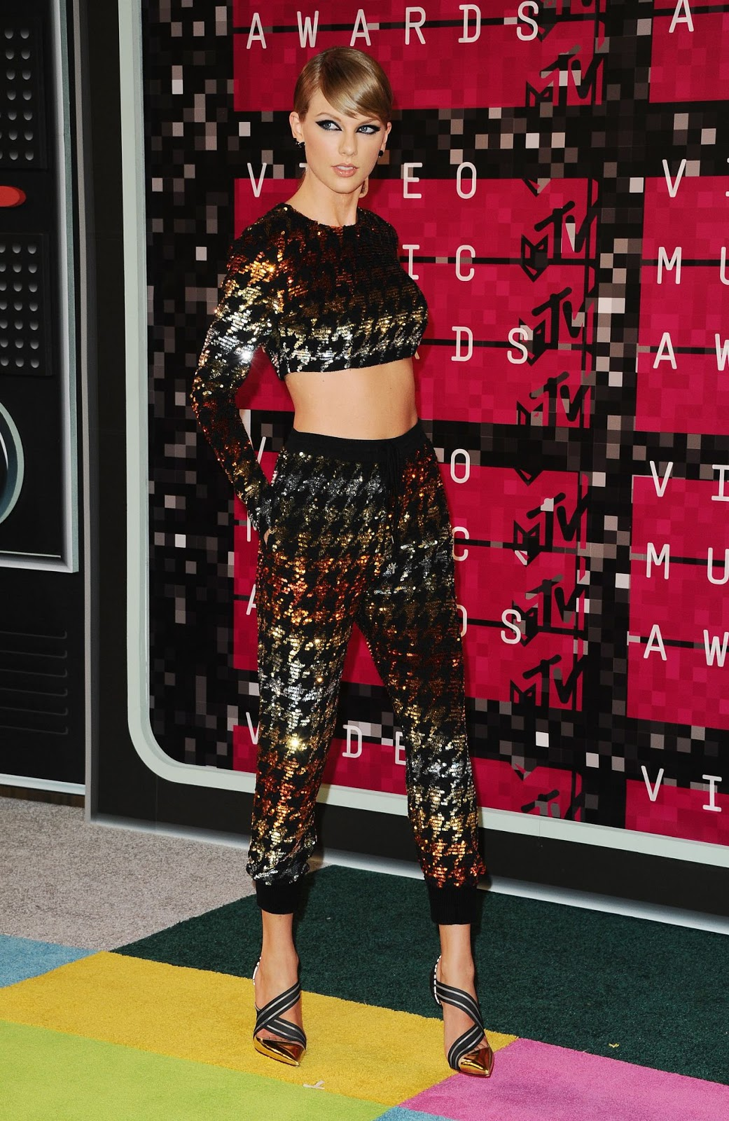 Taylor Swift stuns in sequined houndstooth two-piece at the VMA's 2015
