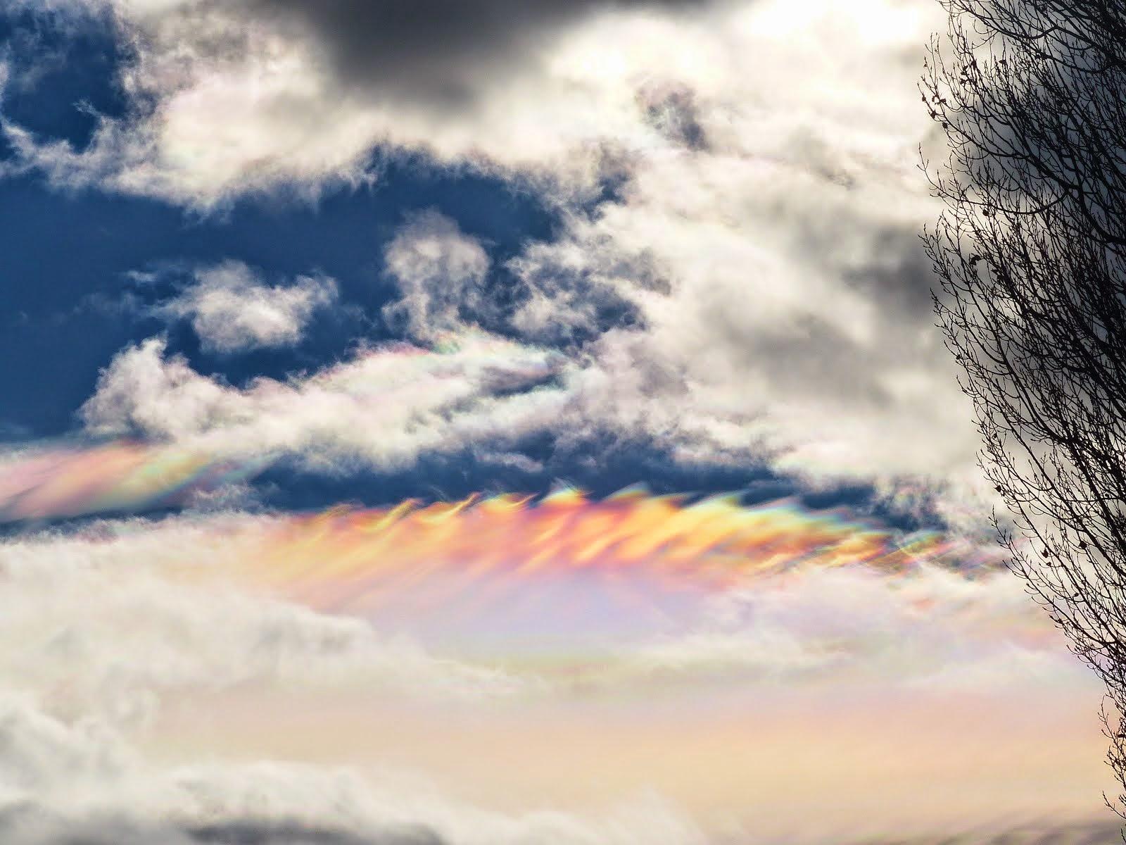 Augenfällig - irisierende Wolken überm See