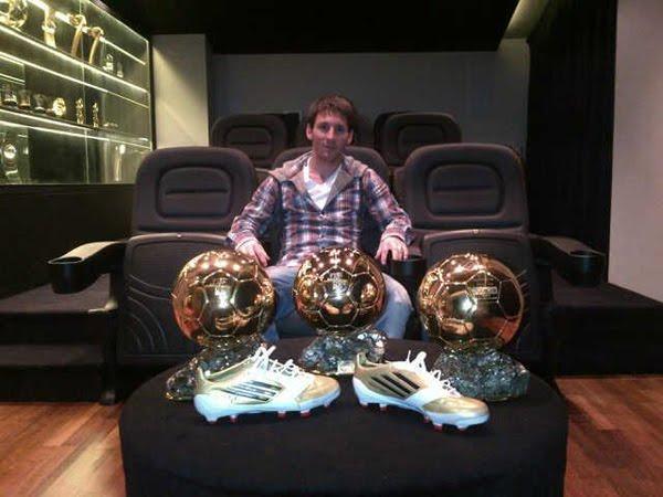 foto Leo Messi Balón de Oro con los tres balones de Oro y botas
