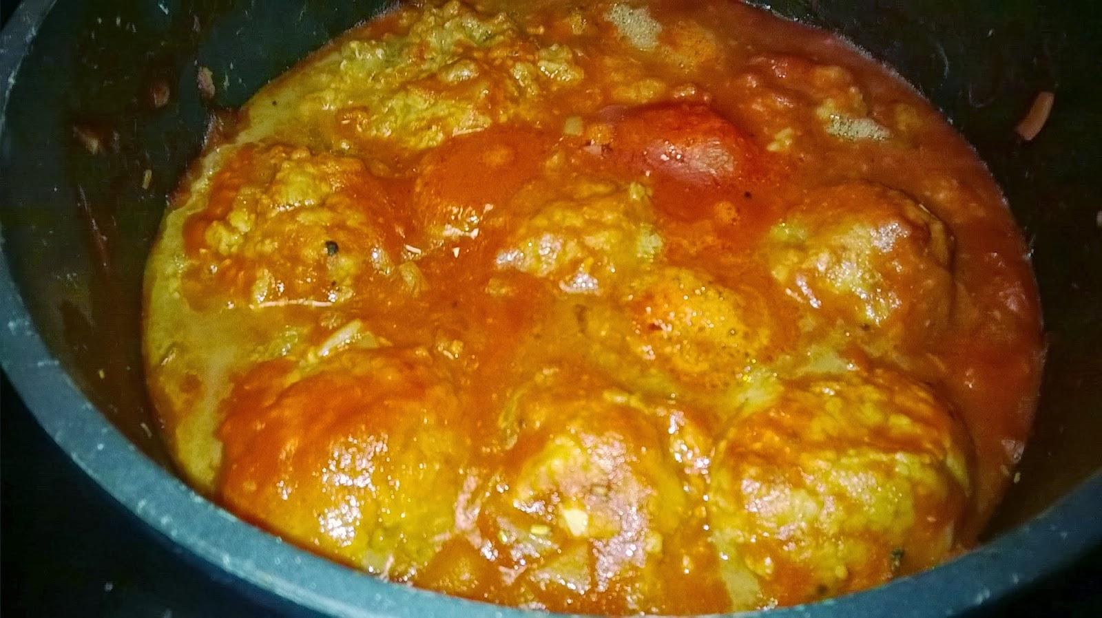 Jätti lihapullat tomaattikastikkeessa