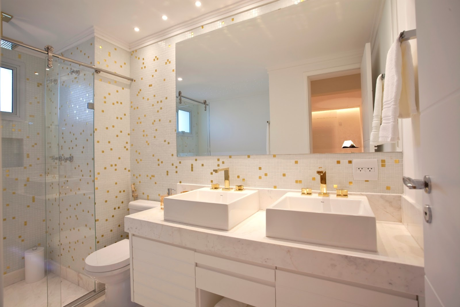 Metais dourados em banheiros e lavabos  veja lindos ambientes com essa tendê -> Cuba E Torneira Para Banheiro