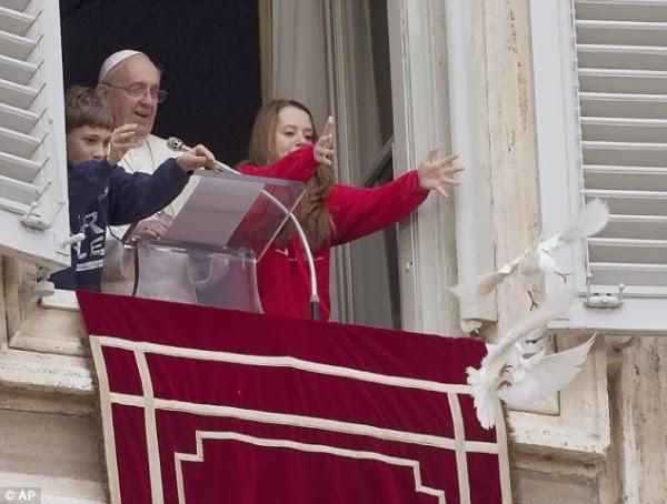 ΣΟΚ στο Βατικανό: Η σκηνή που ανατρίχιασε όλο τον κόσμο μπροστά στον Πάπα Φραγκίσκο και χιλιάδες πιστούς – «Προφητικό σημάδι» ή κακό μαντάτο στην Αγία Έδρα