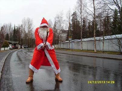 Joulupukki lenteli taikasauvallaan kuin pallosalama paikasta toiseen mustana ja sateisena jouluna