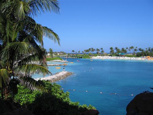paisagem da lagoa azul cercada de vegetação, pedras e areia branca