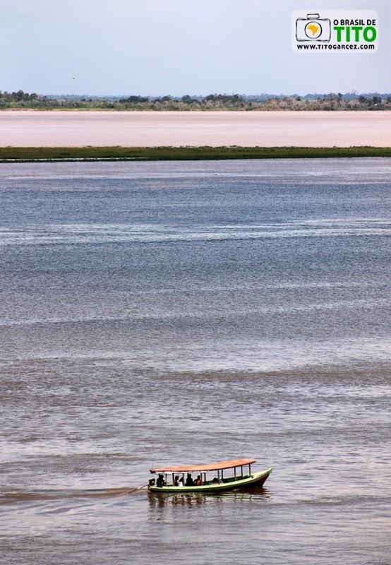Barco e vista dos rios Amazonas e Tapajós, a partir do Mirante do Tapajós, em Santarém, no Pará, na Amazônia