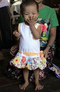 Burma girl Le Yati Min photo, Le Yati Min 12 fingers and 14 toes picture, Burma girl Le Yati Min video, Le Yati Min Guinness World Record, most fingers and toes for a living person, Burma girl Le Yati Min world record 2011