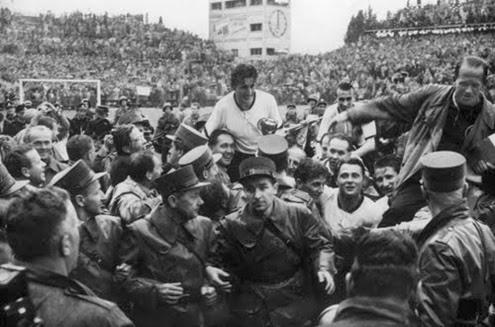 Capitão alemão Fritz Walter sendo carregado com a taça Jules Rimet