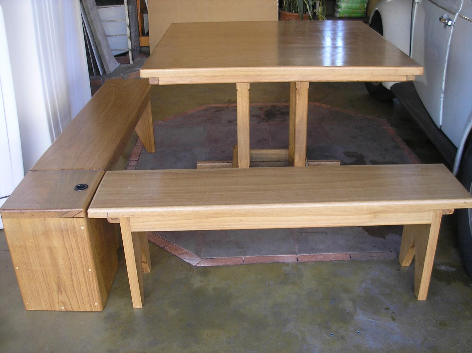 Conjunto de bancos e mesa em madeira maciça com bauzinho de canto que  #9C6A30 1600x1197