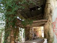El corraló cobert que ens permet accedir al poble