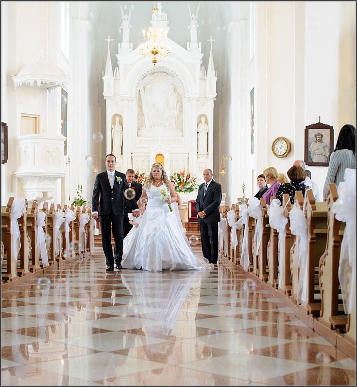 gražios vestuvinės nuotraukos tauragės bažnyčioje