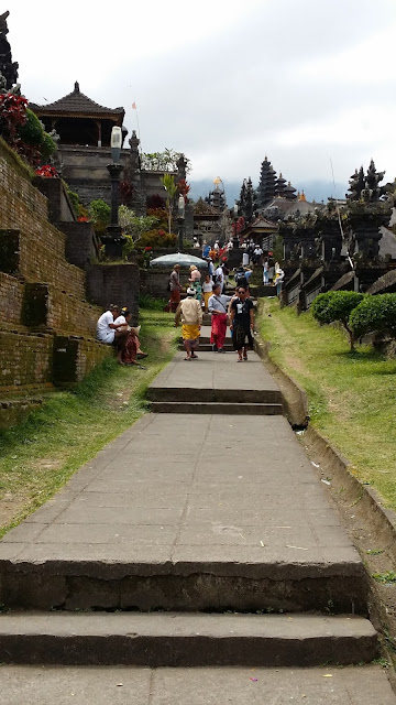 Camino lateral de acceso al complejo de Pura Besakih