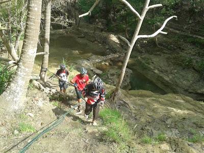 Mendaki atas air terjun banyunibo