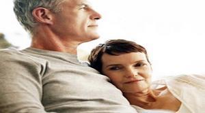 كيف تعين وتساعد زوجتك على تخطي أزمة منتصف العمر (سن اليأس) - old people in love