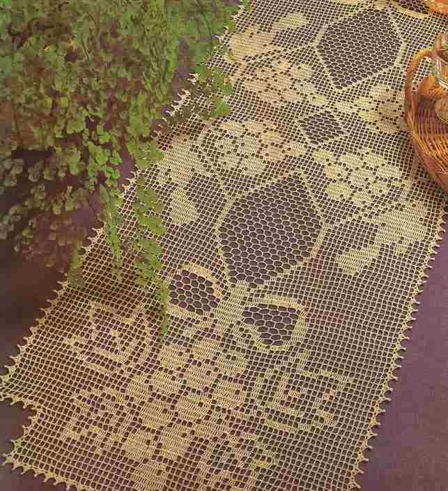 Camino de mesa color crema a Crochet