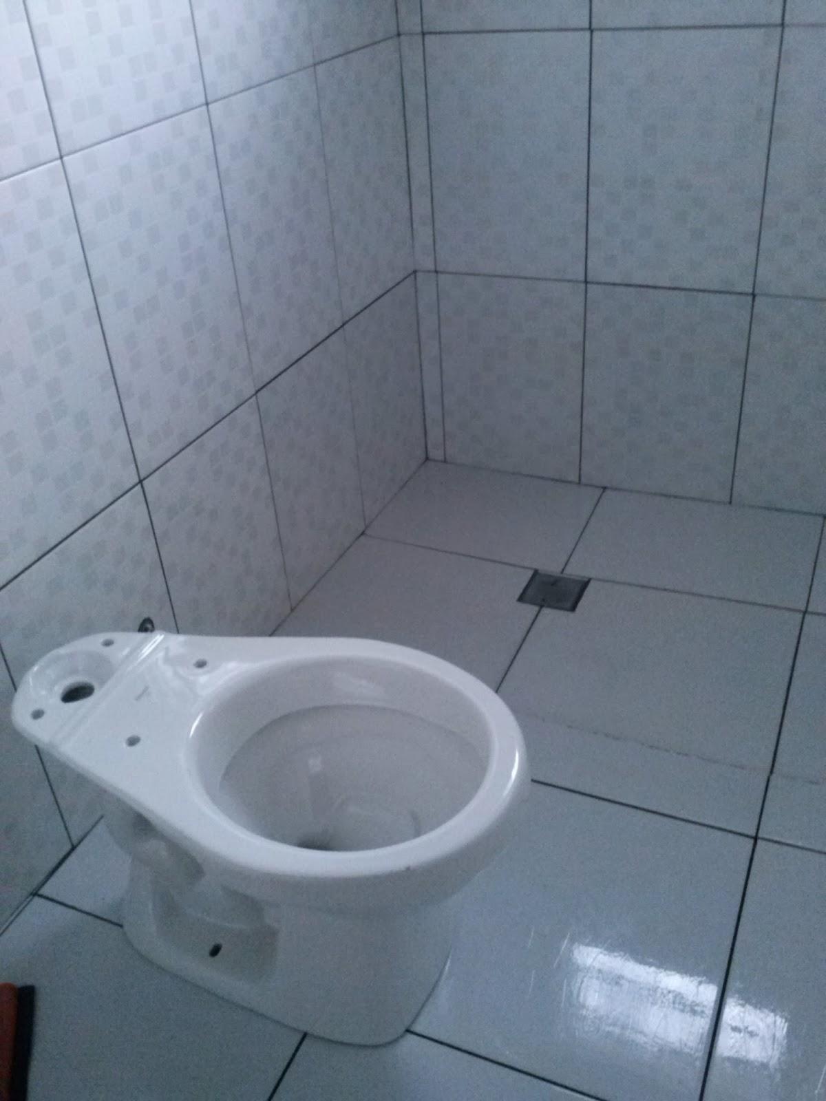 até que enfim o vaso está no lugar certo nesse banheiro rs #485D83 1200x1600 Banheiro Azulejado
