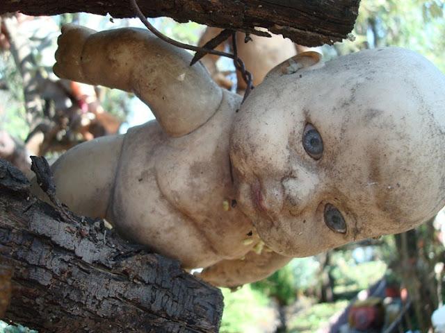 رعب على ارض الواقع في  جزيرة الدمي المشوهه  Island-of-dolls-16%5B2%5D