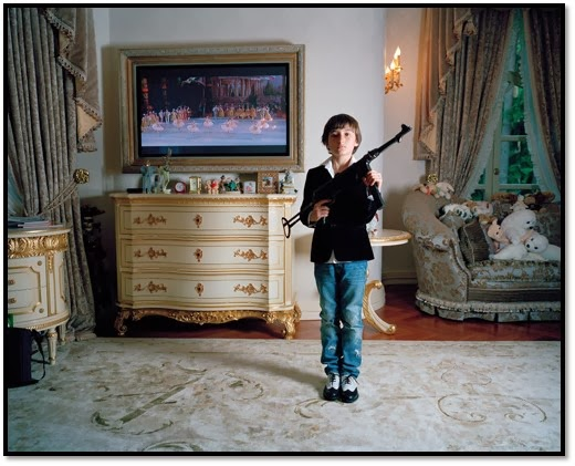 Russenko 2014, Expo Photo la Russie au dela des mythologies Littles Adults anna Skladmann, photo enfant russe kalachnikov fusil en mains