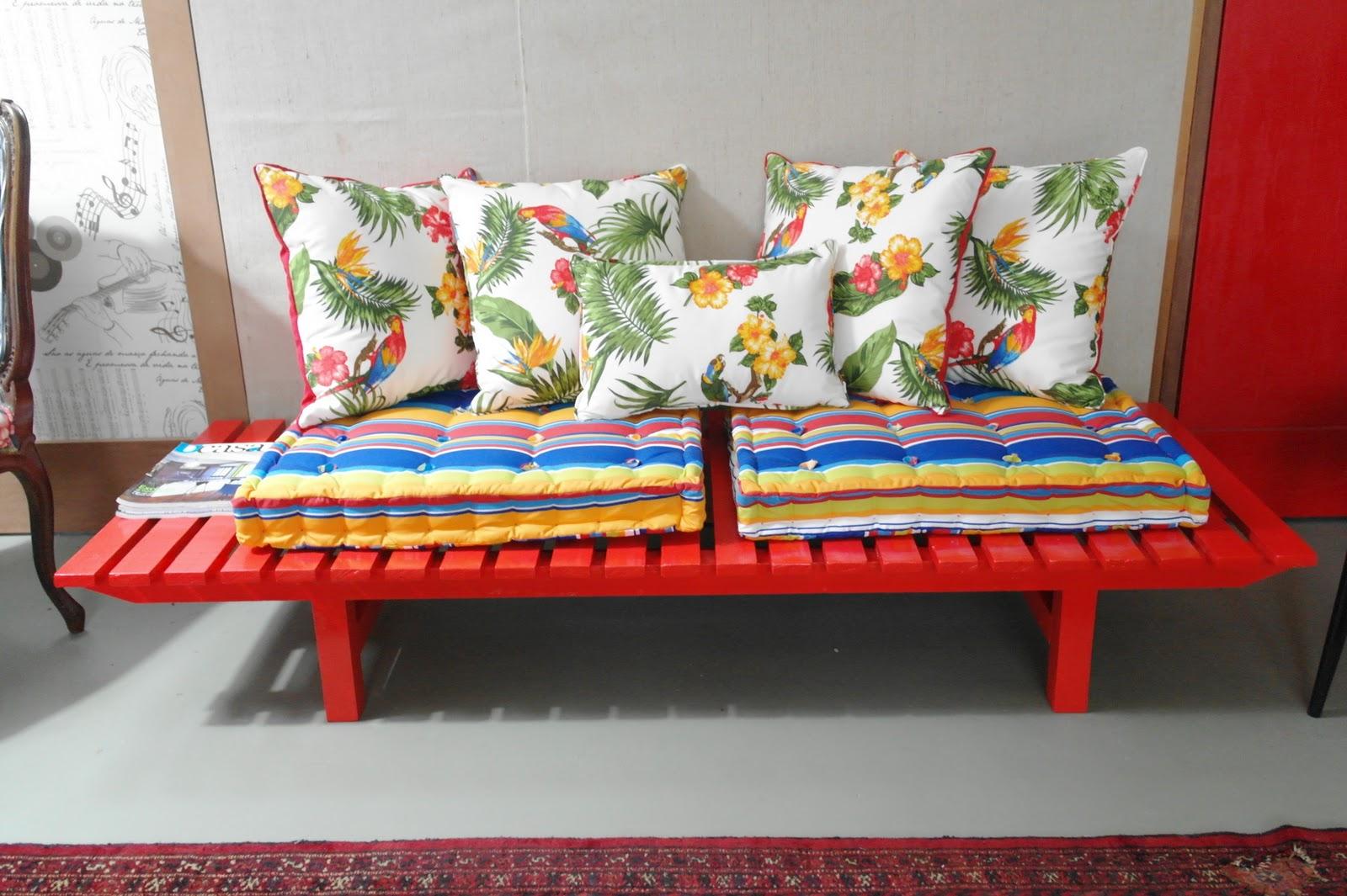 Banco Tropical em madeira pintada com futon e almofadas para área  #B21E19 1600x1065
