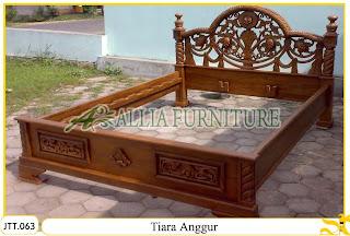 Tempat tidur ukiran Jepara kayu jati Tiara Anggur