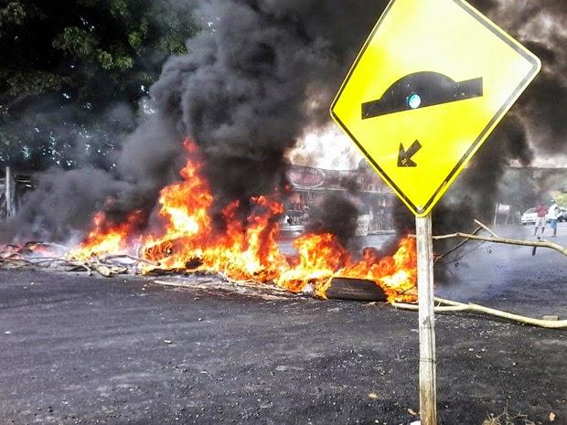 Segundo polícia, moradores exigem instalação de quebra-mola (Foto: Site Voz da Bahia / Marcus Augusto)