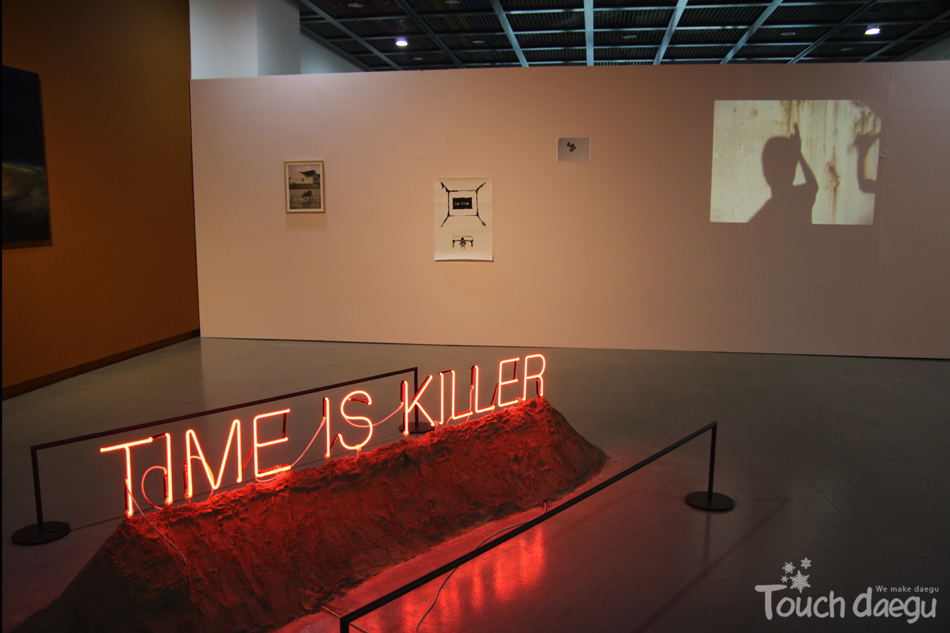 The artwork deals with the temporality through neon signs