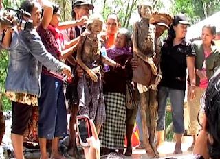 Foto keluarga dengan mereka yang diganti kain jasadnya. (Irmawati)
