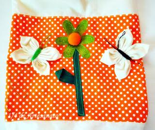 puxa saco de tecido com borboletas de fuxico aplicadas