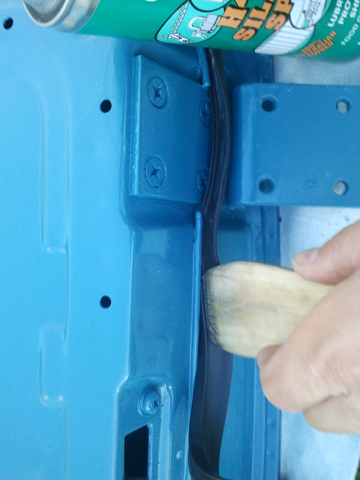 Fitting the rubber door seal with a wooden tool Volvo 122S & Restoration Volvo 122S 1969: Hanging the doors pezcame.com