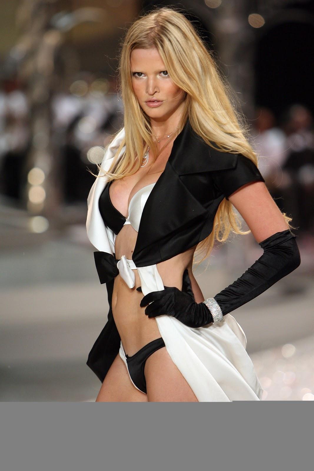 Lara Stone, Wajah Baru 'Calvin Klein Underwear'