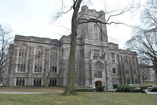 Imagen con la siniestra universidad donde estaba el padre Karras