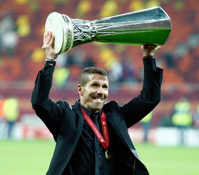 Cholo Simeone con copa campeón de Europa League