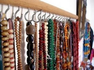 Organizando o guarda roupa com dicas baratas c h e s l l e r for Ganchos colgadores pared