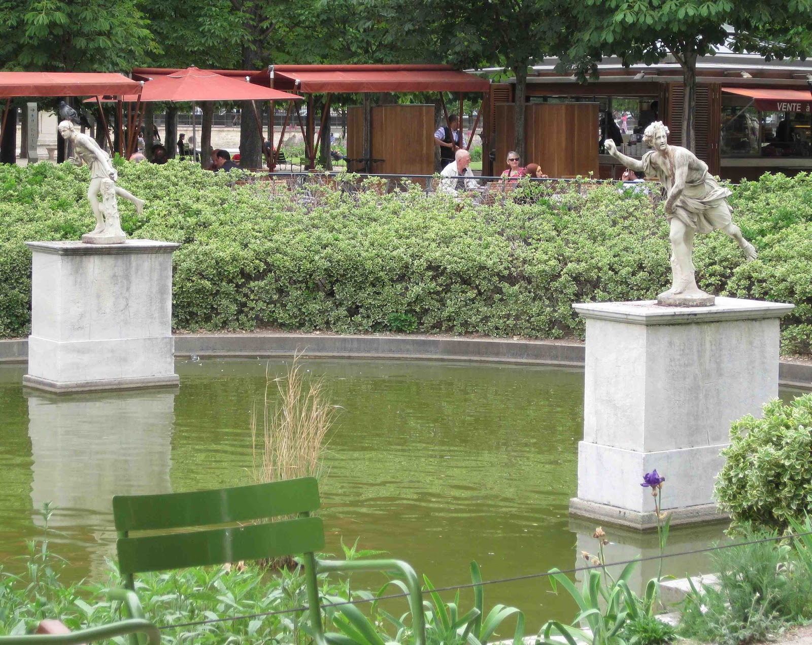 Jax trax statues have stories don t they for Jardin des tuileries
