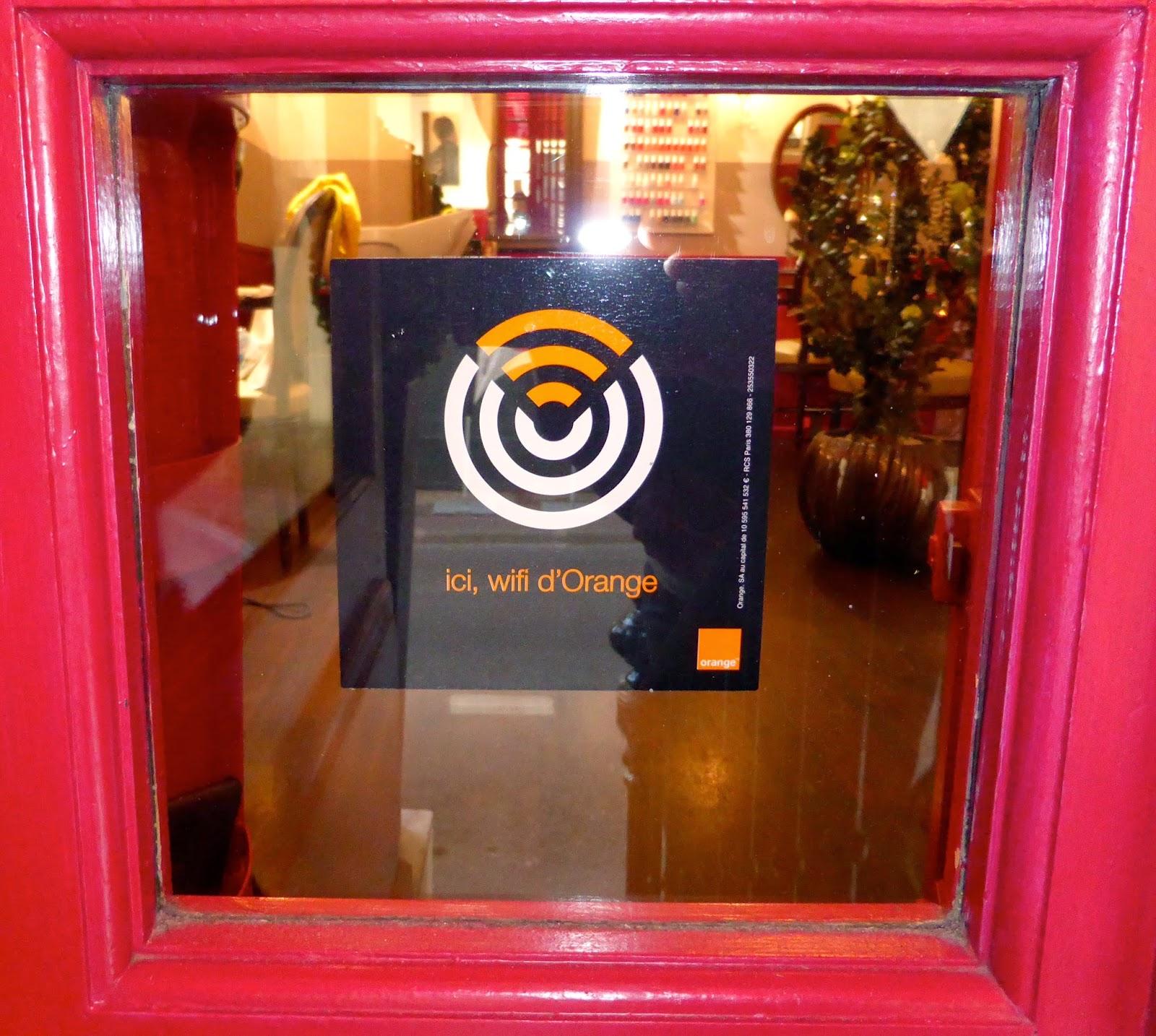 Le visuel du nouveau service accès Wifi d'Orange apposé sur la vitrine du Studio 54, salon de coiffure à Montpellier.