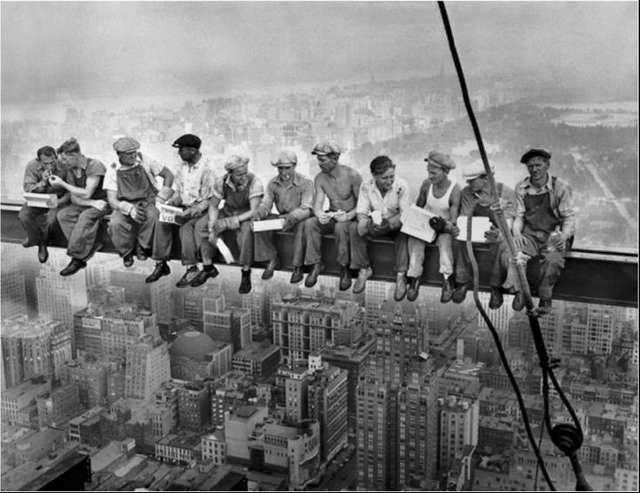 Lunch atop a Skyscraper, es una famosa fotografía tomada durante la construcción del Edificio RCA en el Rockefeller Center de Nueva York, Estados Unidos en 1932.
