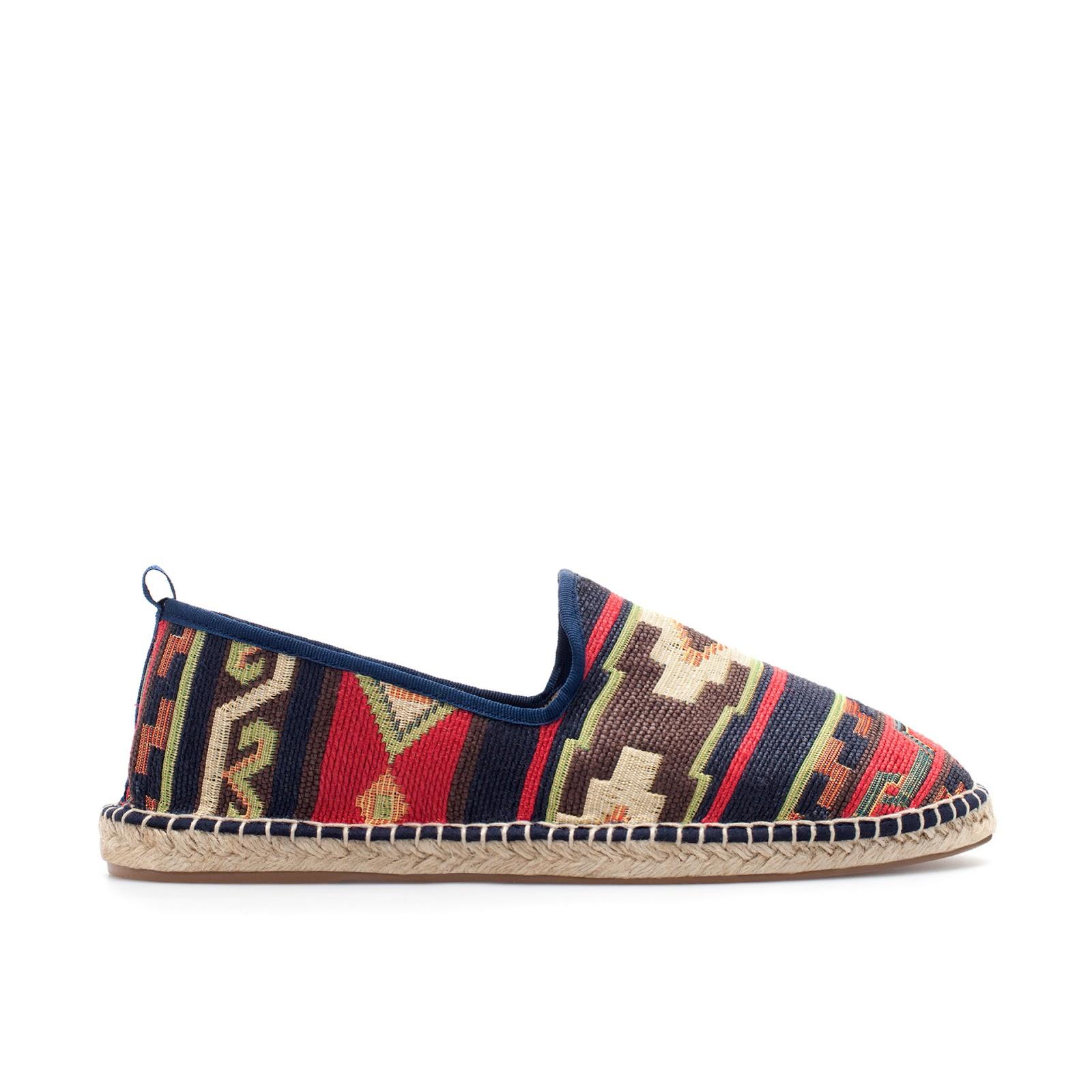 De todas las opciones que tenemos en las tiendas low cost, ZARA nos ofrece la más bonita de todas, con estampado azteca. Unas alpargatas originales
