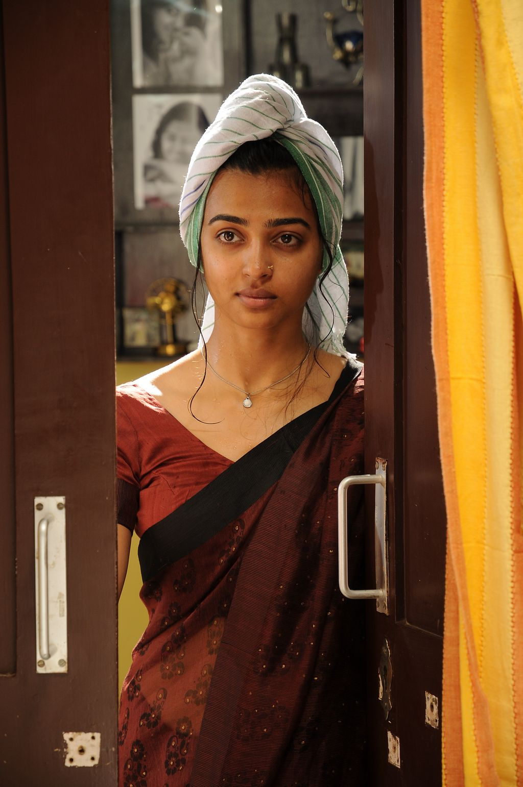 Sab hot actress radhika apte latest hot and spicy photo for Heroines bathroom photos