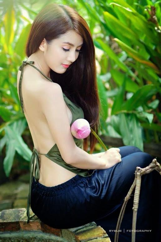 Girl xinh với áo yếm xưa bên hồ sen Phấn 1