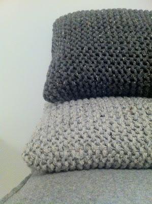 coussin gris en tricot